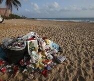 No tires basura en las playas. Lleva un bolso reusable para acumular tus desechos.