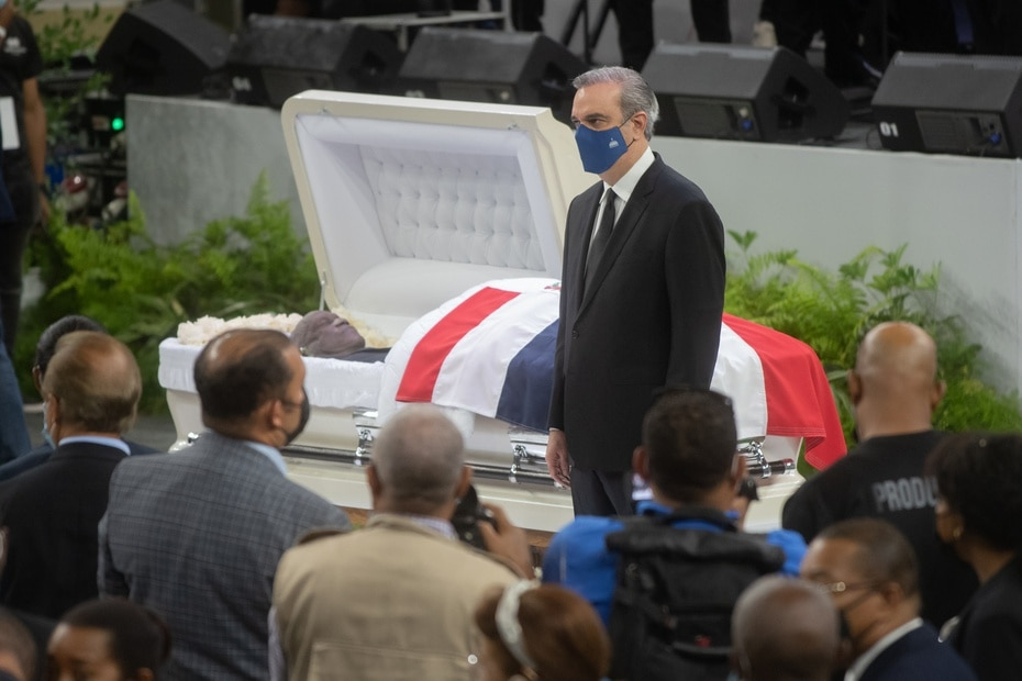 El presidente Luis Abinader, durante el velatorio popular de Johnny Ventura.