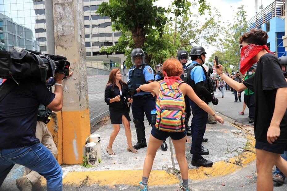 Altercado entre unas manifestantes y unos oficiales de Operaciones Tácticas.