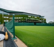 Vista de la Cancha 5, con la Cancha Central de trasfondo, en el All England Lawn Tennis Club de Wimbledon.