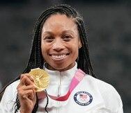 Allyson Felix posa con la medalla de oro del relevo 4x400 metros.