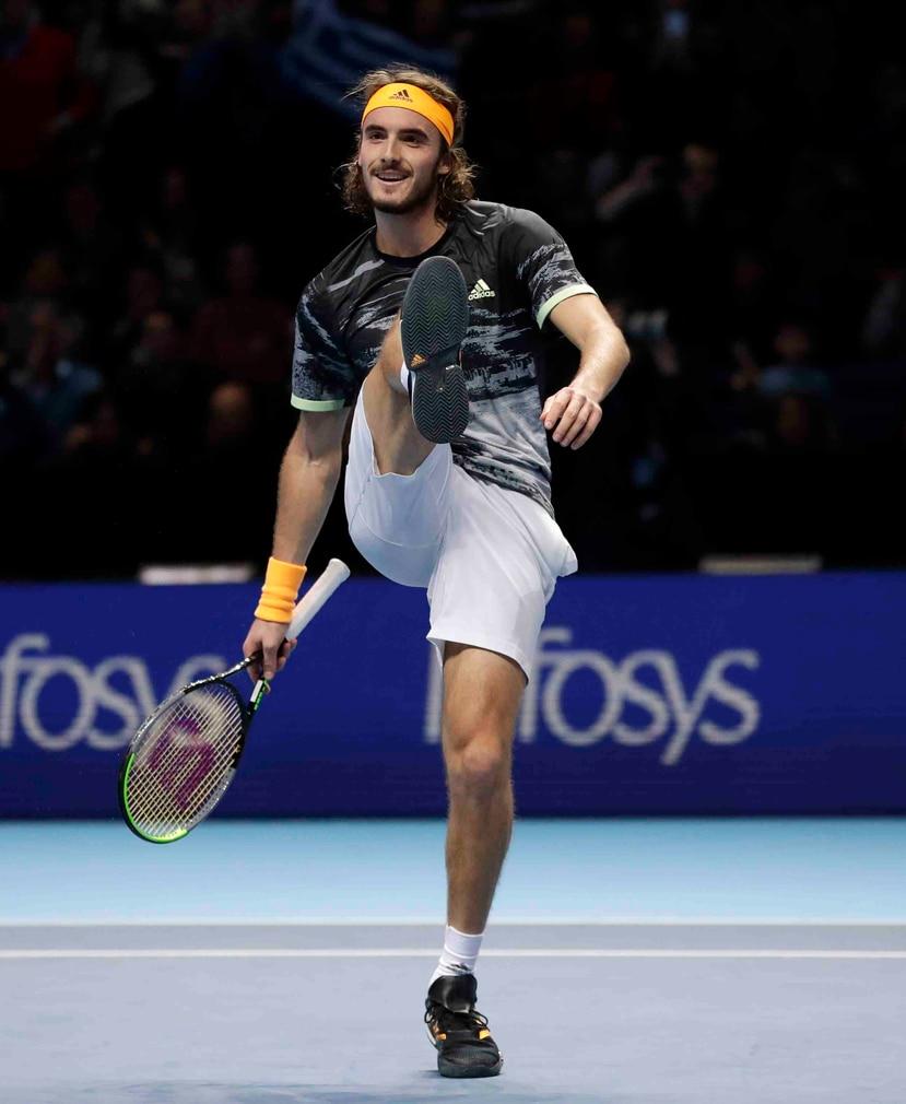 Tsitsipas celebra tras ganar ganar su partido contra Roger Federer en semifinales del Masters de la ATP en Londres. (AP/Kirsty Wigglesworth)