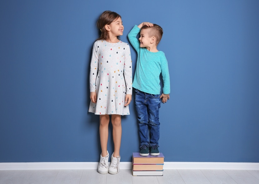 Por lo general, los niños alcanzan ciertas etapas de estatura en ciertos momentos, pero estos pueden variar.
