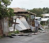 Un hombre evalua su propiedad en St. John's en Antigua y Barbuda. (AP)