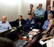 """El presidente Obama, el vicepresidente Joe Biden, la secretaria de Estado Hillary Clinton, junto a otros miembros del equipo de seguridad nacional reciben una actualización sobre la misión para capturar a Osama bin Laden en el """"Situation Room"""".(WH)"""