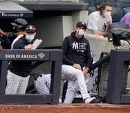 El gerente general de los Yankees, Brian Cashman, le dio un espaldarazo al grupo de trabajo del equipo. Desde la izquierda, Marcus Thames, coach de bateo; Carlos Mendoza, coach del banco; y el dirigente Aaron Boone.