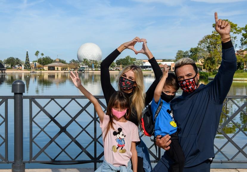 El cantautor puertorriqueño Luis Fonsi y su esposa, Águeda López, celebraron los cumpleaños de sus hijos Rocco y Mikaela en el parque temático EPCOT en Lake Buena Vista, Florida.