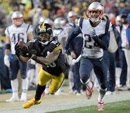 El jugador defensivo de los Patriots, Stephon Gilmore (24), a la derecha, dio positivo a COVID-19.