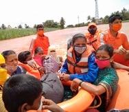 Varias personas son rescatadas en medio de las inundaciones en India.