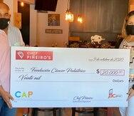 Chef Piñeiro entrega donativo a la Fundación CAP