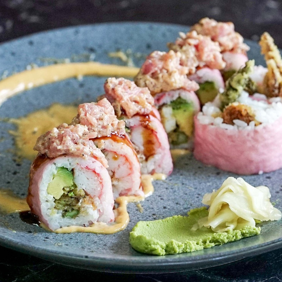 Sushi de camarones con aguacate y espárragos, coronados de atún.
