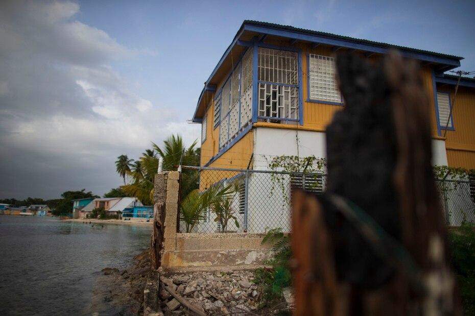 La casa de Guarionex Padilla, quien recuerda de niño cómo el patio de su casa era la playa, y hoy día el mar está tocando a su puerta en Cabo Rojo.