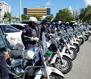 Compañeros de los policías asesinados les rinden tributo.