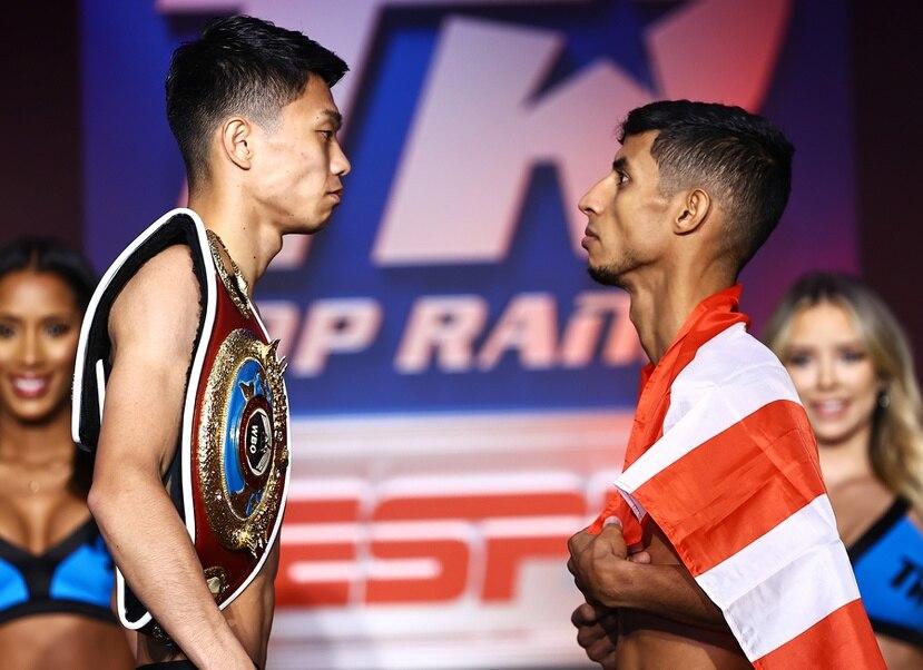 Junto Nakatani (izquierda) y Tito Acosta se miden luego del pesaje oficial.