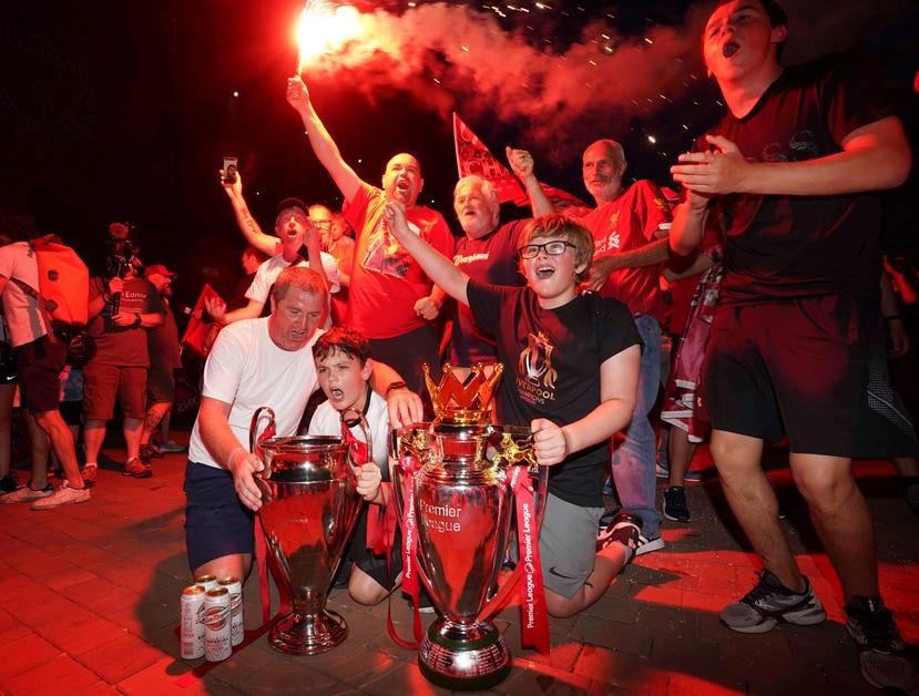Fanáticos del Liverpool se lanzaron a la calle el jueves para celebrar el campeonato del equipo. (AP)