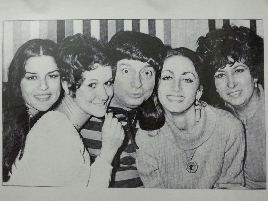 """Yoyo Boing en el personaje de """"Mi Hippie"""", como parte del programa que creó """"Mi Hippie me encanta"""" en Telemundo junto a Rosita Velázquez, Ana Enid Cadilla y Margot Debén."""