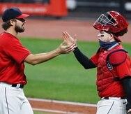 El relevista los Cleveland Indians, Brad Hand, y el receptor boricua Roberto Pérez, celebran la victoria sobre los Chicago White Sox el lunes.