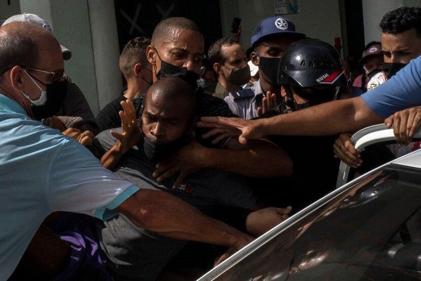 La policía detiene a un manifestante antigubernamental durante una protesta en La Habana, Cuba.