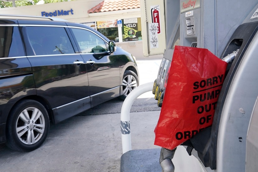 Un cliente sale de una estación de Chevron que quedó sin gasolina, el miércoles 12 de mayo de 2021, en Miami. (AP Foto/Marta Lavandier)