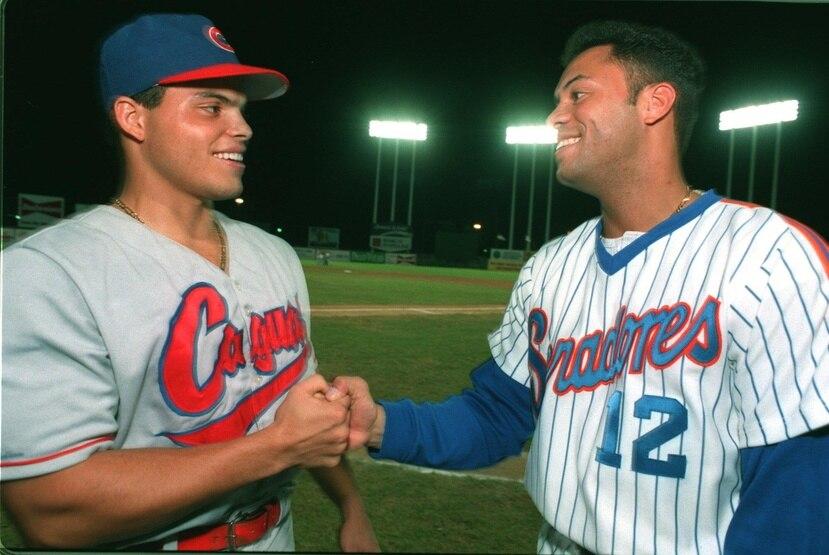 Iván Rodríguez (a la izquierda) comenzó su carrera profesional con los Criollos de Caguas. En la foto, comparte con otro integrante del Salón de la Fama, Roberto Alomar, en 1994. (GFR Media)