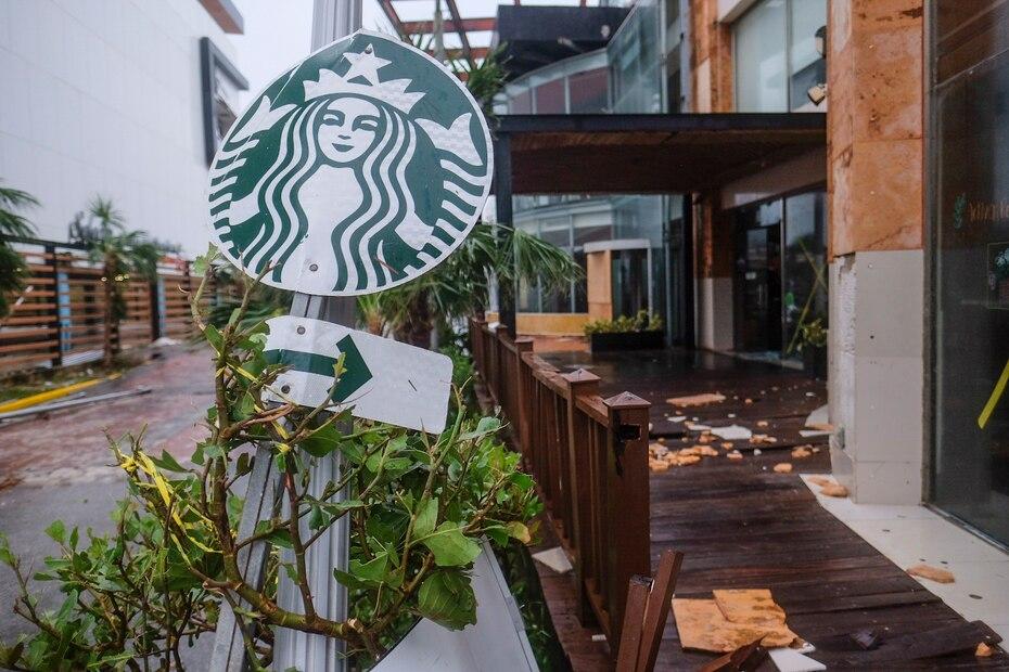 Un letrero de la franquicia de Seattle Starbucks quedó doblado en Cancún, México.