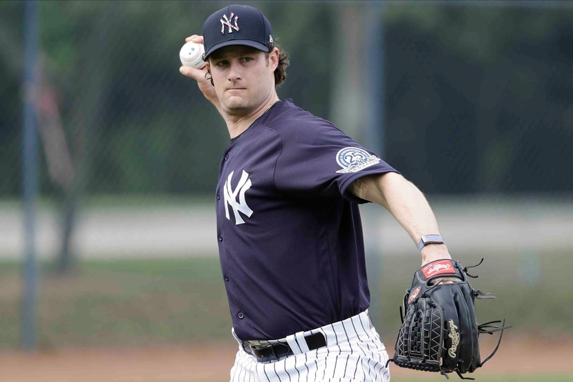 Gerrit Cole, de los Yankees de Nueva York, lanza a la inicial durante un entrenamiento de pretemporada. (AP)