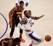 Reacción de LeBron James al torcerse el tobillo derecho durante la primera mitad del encuentro entre los Lakers y los Hawks el mes pasado.