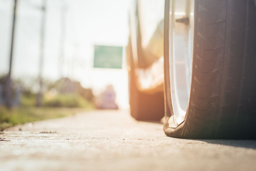 Si estás manejando y te percatas de que tienes una goma vacía, detente inmediatamente. (Shutterstock)