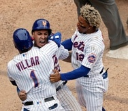 Javier Báez celebra con Jonathan Villar y su compatriota Francisco Lindor luego de anotar la carrera que le dio la victoria a los Mets de Nueva York en la novena ante Miami.