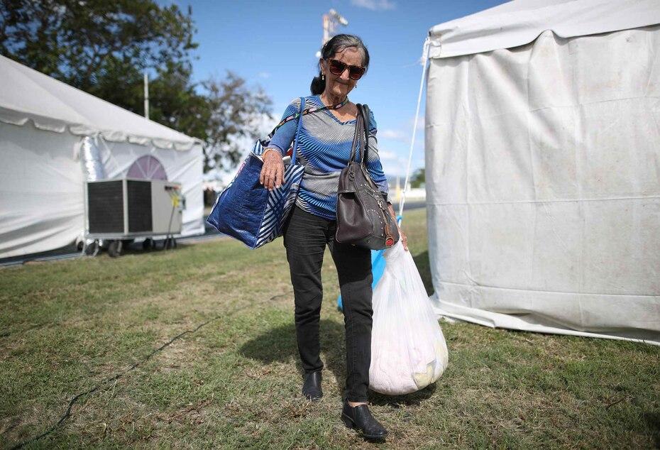 En la foto, refugiados comienzan a llegar al campamento.