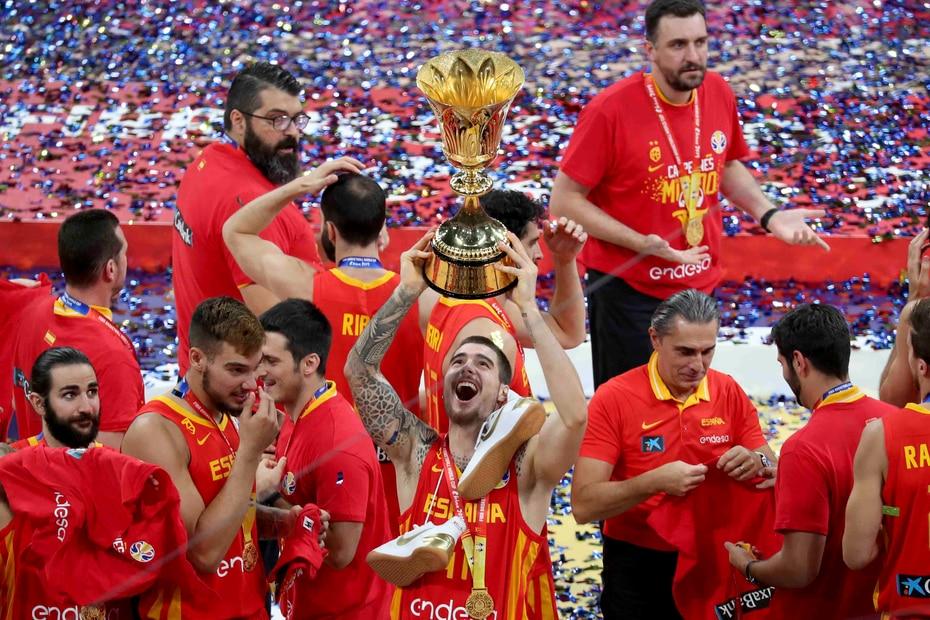 Juancho Hernangomez levanta la copa de campeones. (AP)