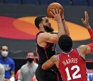 En foto del 21 de febrero del 2021 Fred VanVleet, de los Raptors de Toronto, intenta un tiro de campo frente a Tobias Harris (12), de los 76ers de Filadelfia, en la segunda mitad del partido de NBA en Tampa, Florida.