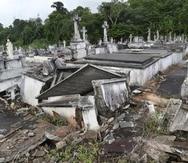 Aunque los terrenos del cementerio municipal de Lares ya estaban cediendo en 2013, los estragos del huracán María provocaron la clausura de parte del camposanto.