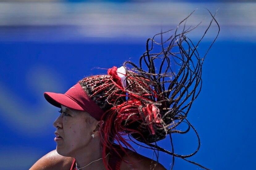 La japonesa Naomi Osaka durante su partido contra la china Saisai Zheng por la primera ronda del tenis de los Juegos Olímpicos de Tokio 2020.