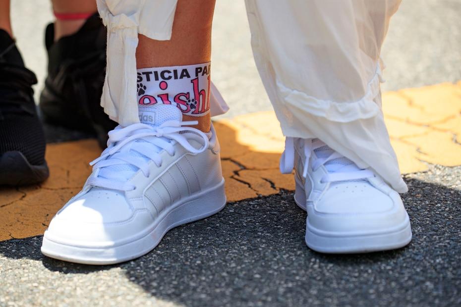 """Keila Ortiz se colocó una franfja con el mensaje """"Justicia para Keishla"""" en uno de sus tobillos."""