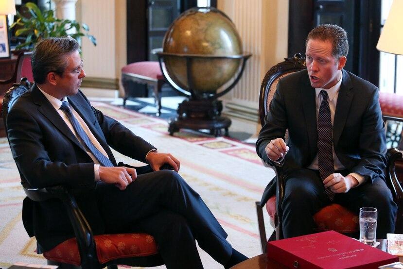 El gobernador Alejandro García Padilla (izq.) se reunió hoy con los candidatos a la gobernación David Bernier (der.) y Pedro Pierluisi.