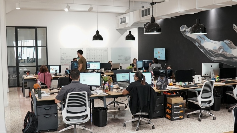 Muchas de las empresas ya tenían fecha de regreso a las oficinas, y con el aumento en contagios de la variante Delta del COVID-19, han tenido que reajustar sus planes.