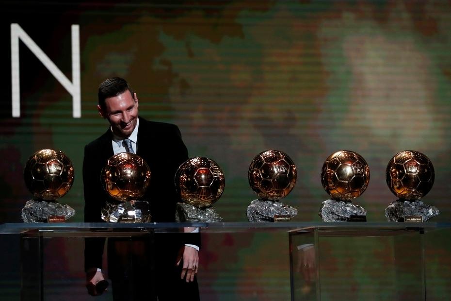 Con la casaca del Barça, Messi ganó seis veces el Balón de Oro al mejor jugador del mundo. En la foto en 2019 con sus trofeos.