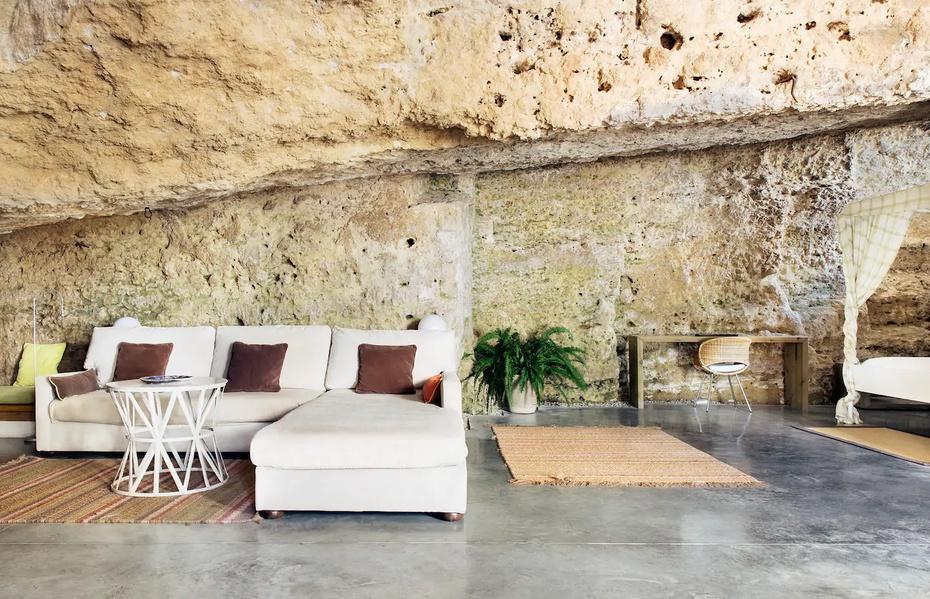 La decoración, creada para que conviva en armonía con las rocas, hace del espacio uno lujoso y atractivo