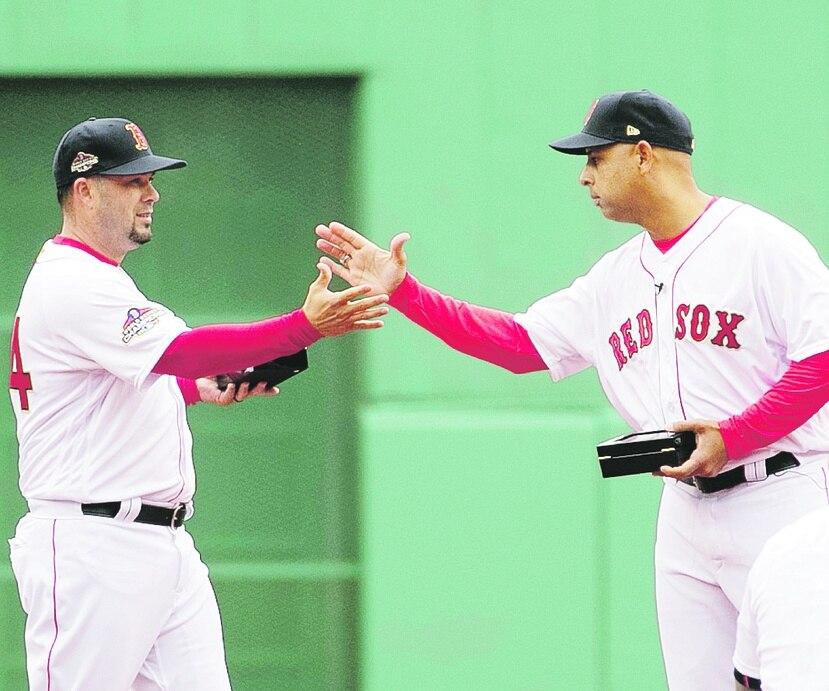 Ramón Vázquez -a la izquierda- dijo que la gerencia de los Red Sox no ha revelado si Alex Cora es uno de los candidatos para dirigir la novena en 2021.