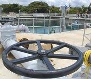 La Autoridad de Acueductos y Alcantarillados ha recurrido a mover generadores eléctricos de una instalación a otra para suplir agua potable a sus clientes. (Archivo / GFR Media)