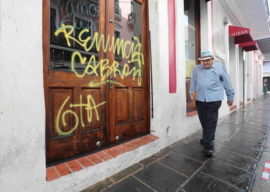 Varias de las puertas de los negocios y entradas de residencias fueron vandalizadas.