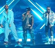 """En los Latin American Music Awards, los cantantes Manuel Turizo, Wisin y Yandel interpretaron el tema """"Mala costumbre""""."""