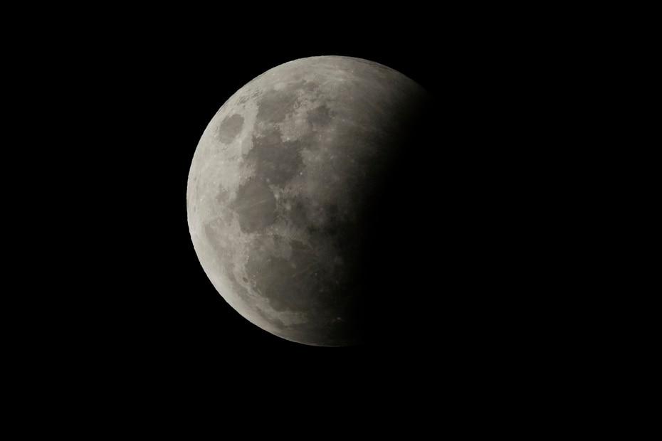 En esta ocasión el eclipse lunar total coincide con una superluna, un momento de mayor cercanía de la Luna a la Tierra, en que el satélite luce más grande y brillante que lo habitual.