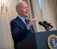Joe Biden convierte en ley el plan de rescate que incluye el cheque de $1,400