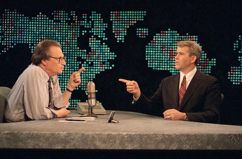 """Oliver North visitó el programa """"Larry King Live"""" de CNN en enero de 1994 cuando estaba lanzando su campaña como senador de Virginia por el Partido Republicano. (Foto AP / Shayna Brennan)"""