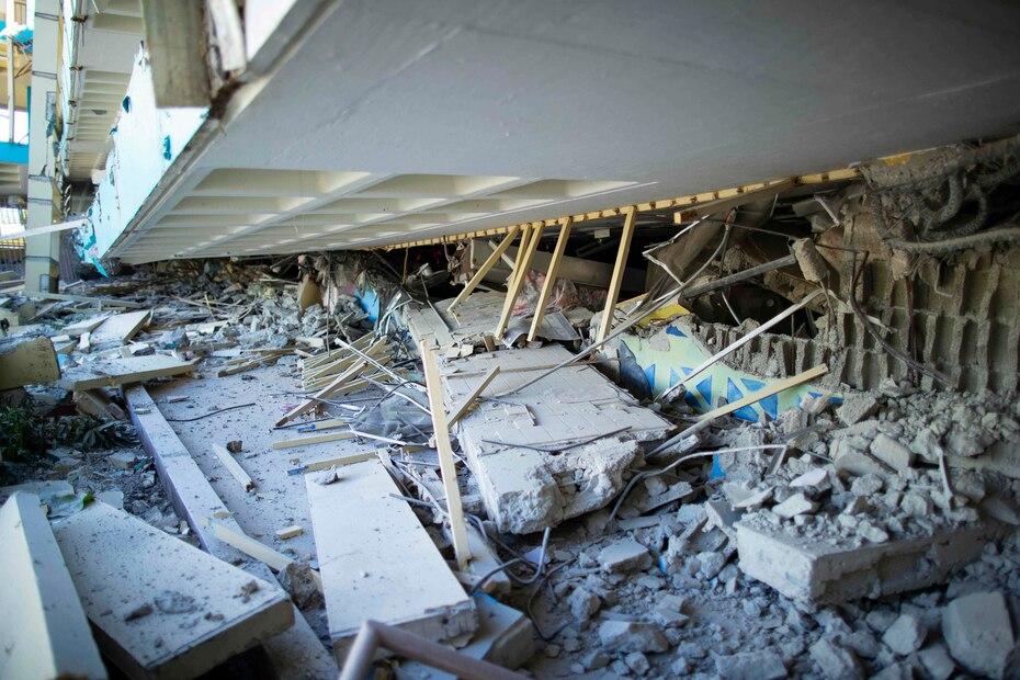 El edificio de tres pisos colapsó casi en su totalidad en varias partes.