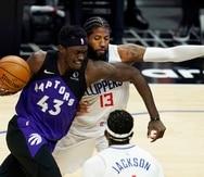 El jugador de los Raptors de Toronto Pascal Siakam (con el 43) trata de eludir al jugador de los Clippers de Los Ángeles Paul George (13) en la primera mitad de su juego de NBA, en Los Ángeles.