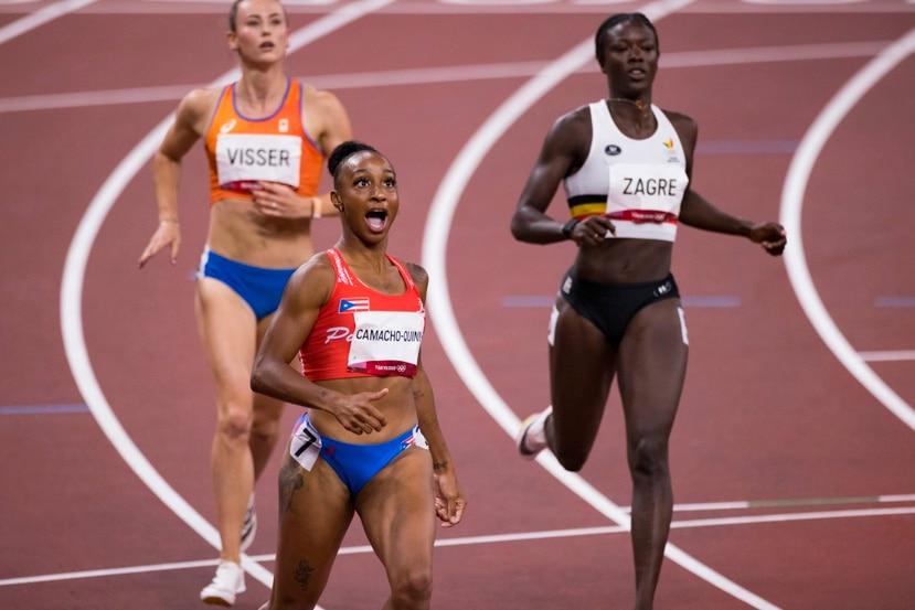 Jasmine Camacho-Quienn se sorprende al ver que el registro de su victoria en la semifinal de 100 metros con vallas se convirtió en un nuevo récord olímpico, con 12.26 segundos.