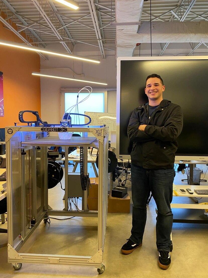 En la foto, Elián Reyes Cintrón en el espacio de cotrabajo Engine-4, donde pulió sus destrezas como programador. (Suministrada)